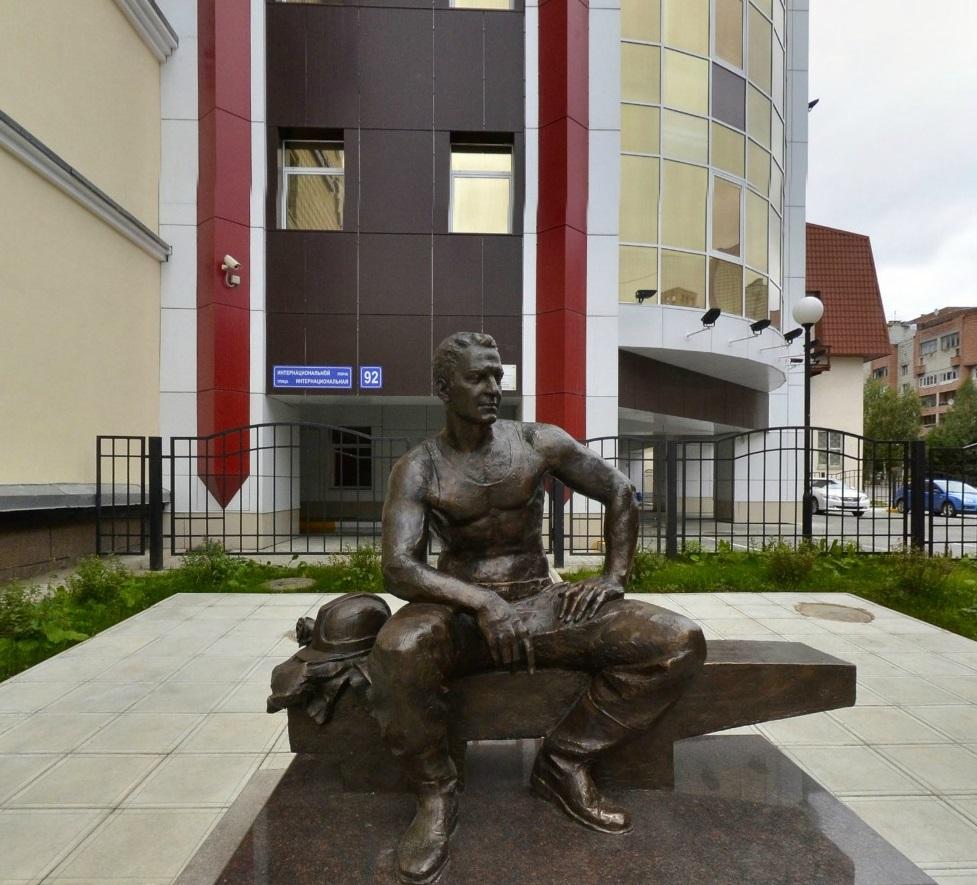 Памятник Электромонтёру