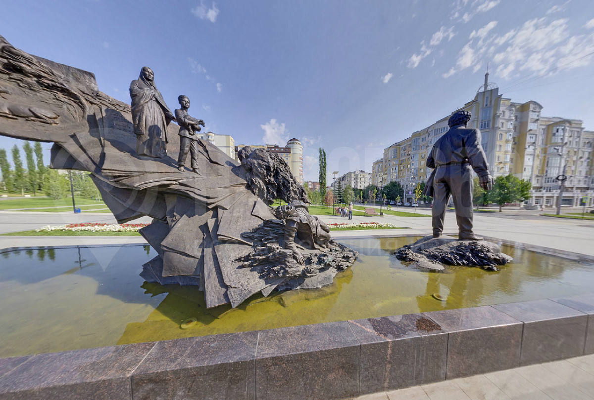 Памятник М. Кариму вид сбоку